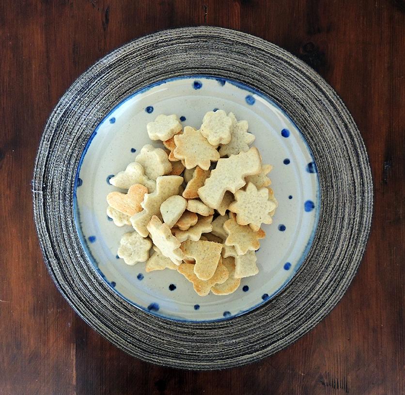 Galletas sobre plato artesanal