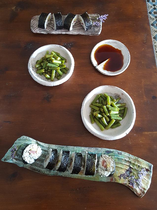 Maki y vajilla artesanal japonesa